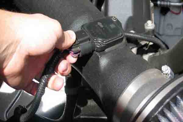 كيفية تنظيف حساس الهواء في السيارة